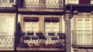 Balkon und Front von Häusern in Porto