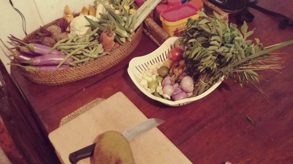 Korb mit frischem Gemüse