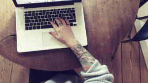 Holztisch mit Macbook