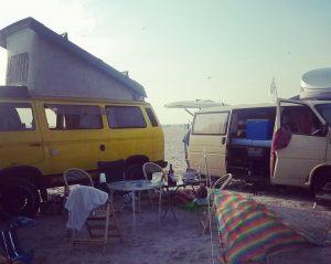 Roadtrip mit VW Bussen am Strand